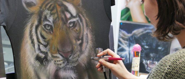 Tigre sur tee-shirt à l'aérographe