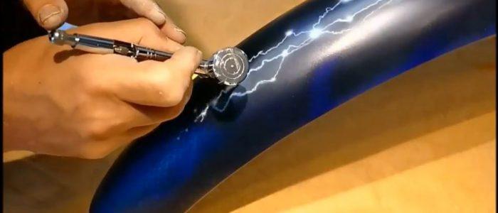 Peinture aérographe sur garde boue arrière arcs électriques